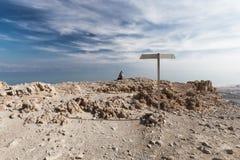 Край горы пустыни женщины сидя над морем Стоковое Изображение RF