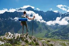 Край девушки стоящий скалы и смотреть ландшафт горы Стоковая Фотография RF