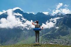 Край девушки стоящий скалы и смотреть ландшафт горы Стоковое Изображение RF