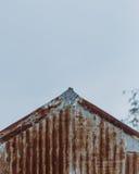 Край заржаветой крыши металла стоковые изображения rf