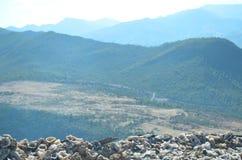 Край камней в дороге к высоким горам атласа, Марокко края стоковая фотография