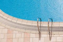 Край красивого роскошного бассейна с лестницей баров самосхвата Взгляд сверху стоковое фото rf