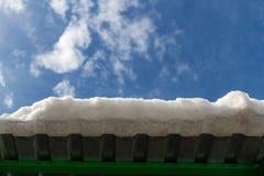 Край крыши металла с снегом стоковые фотографии rf