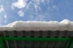 Край крыши с снегом стоковое изображение rf