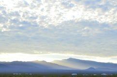 Край оправ восхода солнца светлый массивнейшей гряды облаков над горами весны и держатель Чарлстон выступают с туманными долинами стоковые изображения