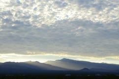 Край оправ восхода солнца светлый массивнейшей гряды облаков над горами весны и держатель Чарлстон выступают с туманными долинами стоковое изображение
