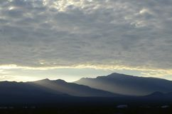 Край оправ восхода солнца светлый массивнейшей гряды облаков над горами весны и держатель Чарлстон выступают с туманными долинами стоковые фото