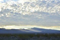 Край оправ восхода солнца светлый массивнейшей гряды облаков над горами весны и держатель Чарлстон выступают с туманными долинами стоковые фотографии rf