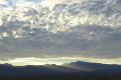 Край оправ восхода солнца светлый массивнейшей гряды облаков над горами весны и держатель Чарлстон выступают с туманными долинами стоковое фото rf