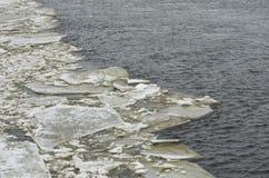 Край поля льда и шуга на реке стоковое изображение rf