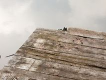 Край понтона на озере сгнил старый деревянный grunge стоковые изображения