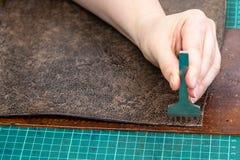 Край пуншей мастера кожаного деталя для сумки стоковое изображение