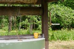 Край старого хорошего шкива с цепью и испещрянной чашкой Стоковая Фотография RF