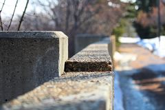 Край стены цемента вдоль тропы в зиме стоковое изображение