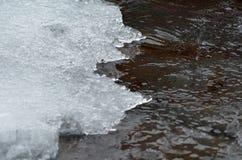 Край льда кристаллов воды со льдом стоковая фотография