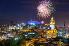 Край Эдинбурга и международные фейерверки фестиваля, Шотландия стоковые фотографии rf