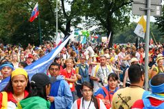 КРАКОВ, ПОЛЬША - 2016 - день молодости мира 2016, толпа a людей стоковая фотография rf