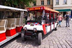 КРАКОВ, ПОЛЬША - ИЮНЬ 2017: автомобили запланированные для путешествия города Краков второй по величине и одно самых старых город стоковые изображения rf