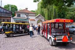 КРАКОВ, ПОЛЬША - ИЮНЬ 2017: автомобили запланированные для путешествия города Краков второй по величине и одно самых старых город стоковая фотография rf