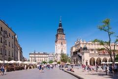 КРАКОВ, ПОЛЬША - ИЮНЬ 2017: Башня ратуши один из главных фокусов основной рыночной площади в старом городке стоковая фотография rf