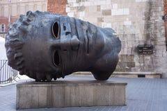 КРАКОВ, ПОЛЬША - ИЮНЬ 2017: Главный эрот Bendato скульптуры на рыночной площади художником Игорем Mitoraj блеска в Краков стоковые фотографии rf