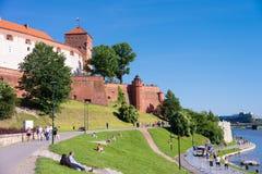 КРАКОВ, ПОЛЬША - ИЮНЬ 2017: Замок Wawel на дне стоковые изображения