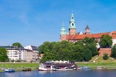 КРАКОВ, ПОЛЬША - ИЮНЬ 2017: Замок Wawel на дне стоковые фото