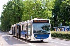 КРАКОВ, ПОЛЬША - ИЮНЬ 2017: Общественный транспорт, автобус города в Краков стоковая фотография rf