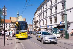 КРАКОВ, ПОЛЬША - ИЮНЬ 2017: Трамвай на улице Краков стоковое фото