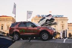 КРАКОВ, ПОЛЬША, 18-ое апреля 2018, испытывая диск Land Rover 2 автомобилей стоковое фото rf