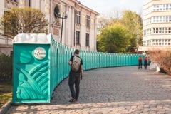 КРАКОВ, ПОЛЬША, 21-ое апреля 2018, одна персона стоит около большого n стоковое изображение