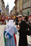 КРАКОВ, ПОЛЬША - 27-ОЕ ИЮЛЯ 2016: День молодости мира 2016 Международная католическая конвенция молодости Молодые люди на главной Стоковая Фотография RF