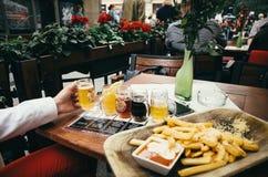 КРАКОВ, ПОЛЬША - 27-ОЕ ИЮНЯ 2015: Испытание пива с обедающим в Кракове, Польшей стоковые изображения
