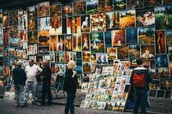 КРАКОВ, ПОЛЬША - 27-ОЕ ИЮНЯ 2015: Картины для продажи висят на стене в Кракове Стоковые Изображения