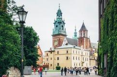 КРАКОВ, ПОЛЬША - 27-ОЕ ИЮНЯ 2015: Королевская базилика Archcathedral стоковое фото