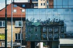 КРАКОВ, ПОЛЬША - 26-ОЕ ИЮНЯ 2015: Отражения здания на героях гетто придают квадратную форму, Краков Стоковое фото RF