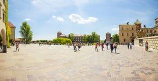 КРАКОВ, ПОЛЬША - 8-ОЕ ИЮНЯ 2016: Панорамный взгляд квадрата на известном историческом комплексе замка и собора Wawel королевских  Стоковые Фото