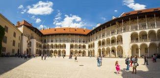 КРАКОВ, ПОЛЬША - 8-ОЕ ИЮНЯ 2016: Панорамный взгляд квадрата на центральной части замка в Кракове, Польши - 8-ое июня Wawel короле Стоковое фото RF