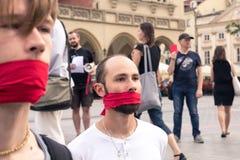 Краков, Польша, 1-ое июня 2018, 2 парня с красной лентой связал mou Стоковое Изображение