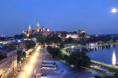 КРАКОВ, ПОЛЬША, 8-ое июля: Замок в заходе солнца на Кракове, Польша Wawel Стоковые Фотографии RF