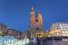 КРАКОВ, ПОЛЬША - 3-ЬЕ ИЮЛЯ: Взгляд главным образом рыночной площади Kosciol Mari Стоковые Изображения