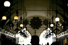 Краков, Польша - 23-ье сентября 2018: Интерьер галереи ткани Hall с посетителями идя вдоль стойлов Фокус дальше стоковые изображения rf