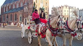 КРАКОВ, ПОЛЬША - экипаж нарисованный лошадью и рождество 14-ое января 2017 ретро украсили touristic улицу Стоковые Изображения