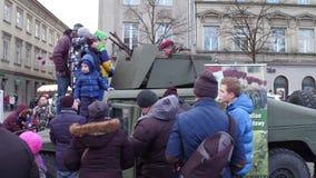 КРАКОВ, ПОЛЬША - люди 14-ое января 2017 рассматривают бронированное транспортное средство HMMWV на выставке войск WOSP Стоковое Изображение RF
