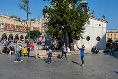 Краков, Польша 01/10/2017 ягнится играть с пузырями на главной площади Стоковая Фотография RF
