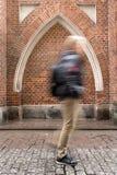 Краков, Польша: Аннотация Нерезкость движения человека идя за re Стоковые Изображения RF