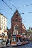 КРАКОВ, POLAND/EUROPE - 19-ОЕ СЕНТЯБРЯ: Трамвай в Кракове Польше дальше стоковое изображение rf