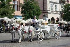 КРАКОВ, POLAND/EUROPE - 19-ОЕ СЕНТЯБРЯ: Экипаж и лошади в Kr стоковые фотографии rf