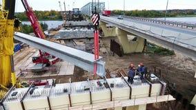 2 крана поднимают дорогу и реку конкретного района строительства моста объявления beem близрасположенную видеоматериал