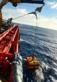 Крановщик понижая корабль ROV управляемый remote стоковые изображения rf